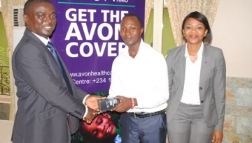 Mr. Dosunmu Adeniran (middle) from Bee Hess Hospital Lagos, receives a prize for excellent service delivery and prompt filling of enrolees claims from Dr. Banjo Oni, (left) Head, Providers Services Unit, Avon HMO while Adesimbo Ukiri (right), MD/CEO of Avon HMO looks on
